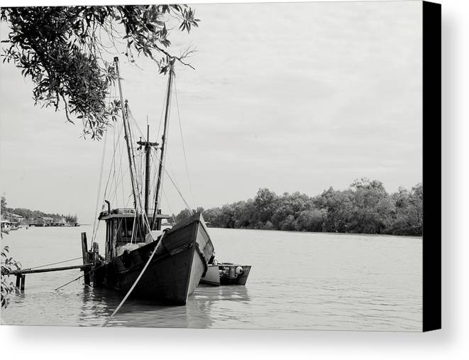 Horizontal Canvas Print featuring the photograph Fishing Bumboat by Photo Copyright of Love Image Lab (by Sim Chin Ping)