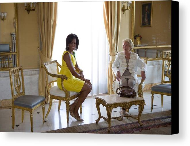 History Canvas Print featuring the photograph Michelle Obama Meets With Clio by Everett