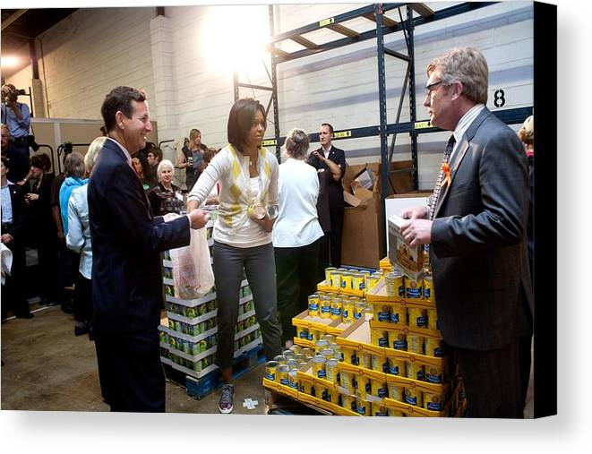 History Canvas Print featuring the photograph Michelle Obama Volunteers For Feeding by Everett