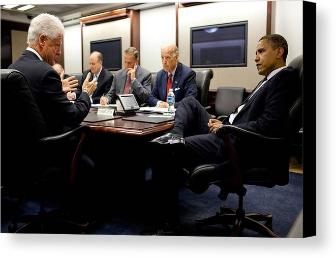 History Canvas Print featuring the photograph Former President Clinton Briefs by Everett