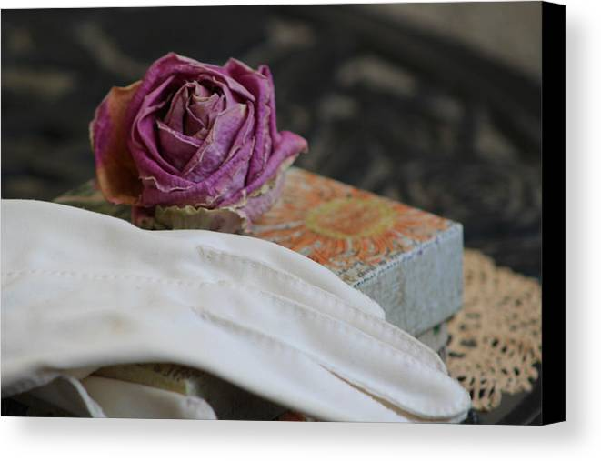 White Glove Canvas Print featuring the photograph Romantic Memories by Colleen Cornelius