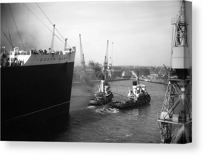 Queen Mary Canvas Print featuring the photograph Queen Mary Docking At Southampton In England by David Murphy