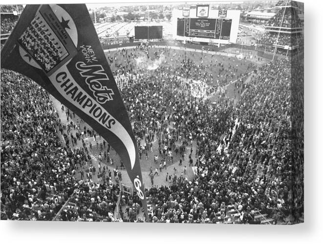 American League Baseball Canvas Print featuring the photograph New York Mets Defeat The Baltimore by New York Daily News Archive