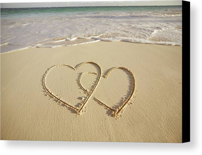 Horizontal Canvas Print featuring the photograph 2 Hearts Drawn On The Beach by Gen Nishino
