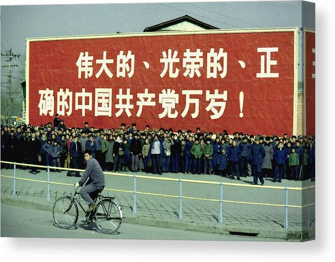 History Canvas Print featuring the photograph Nixon In China. Spectators In Front by Everett