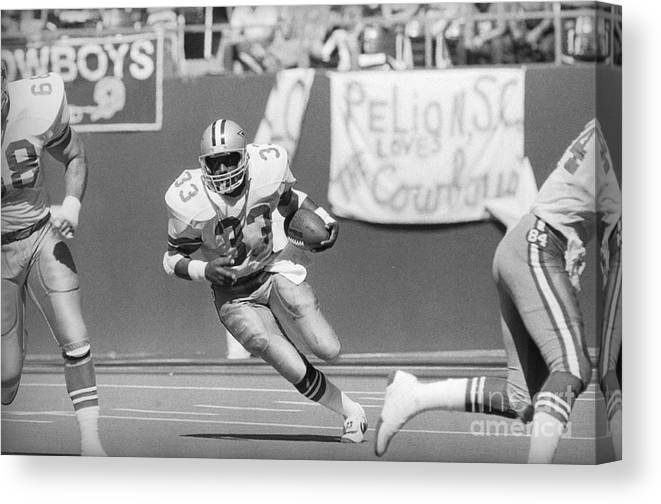 1980-1989 Canvas Print featuring the photograph Tony Dorsett Running With Football by Bettmann