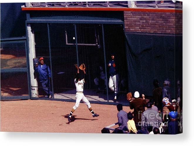 Catching Canvas Print featuring the photograph Roberto Clemente by Louis Requena