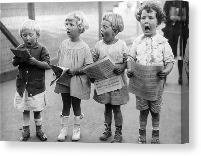1917 Canvas Print featuring the photograph Four Young Children Singing by Underwood Archives