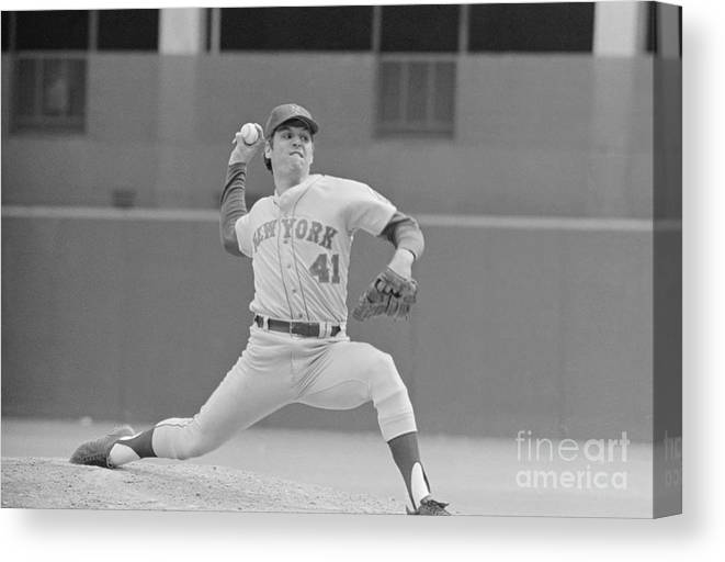 Tom Seaver Canvas Print featuring the photograph Tom Seaver In Pitching Stance by Bettmann