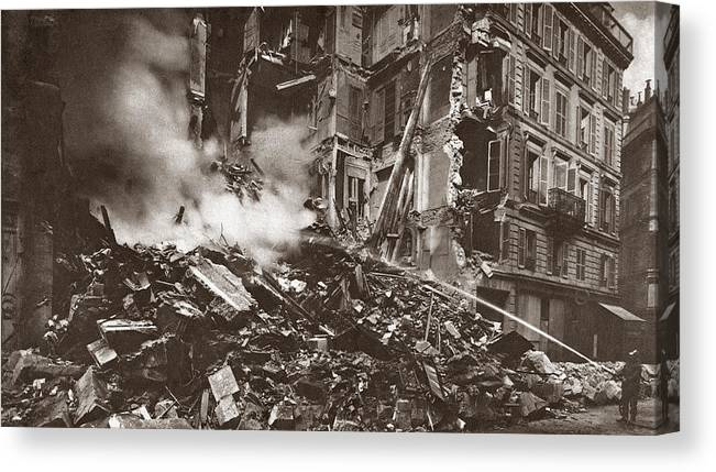 1918 Canvas Print featuring the painting World War I Paris Bombed by Granger