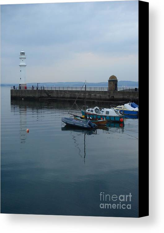 Newhaven Harbour Lighthouse Canvas Print featuring the photograph Newhaven Harbour Lighthouse by Yvonne Johnstone