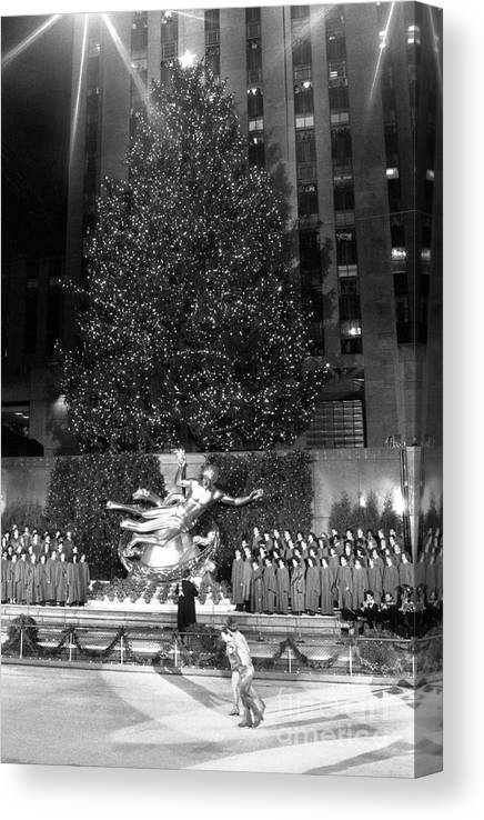 1980-1989 Canvas Print featuring the photograph Christmas Tree At Rockefeller Center by Bettmann
