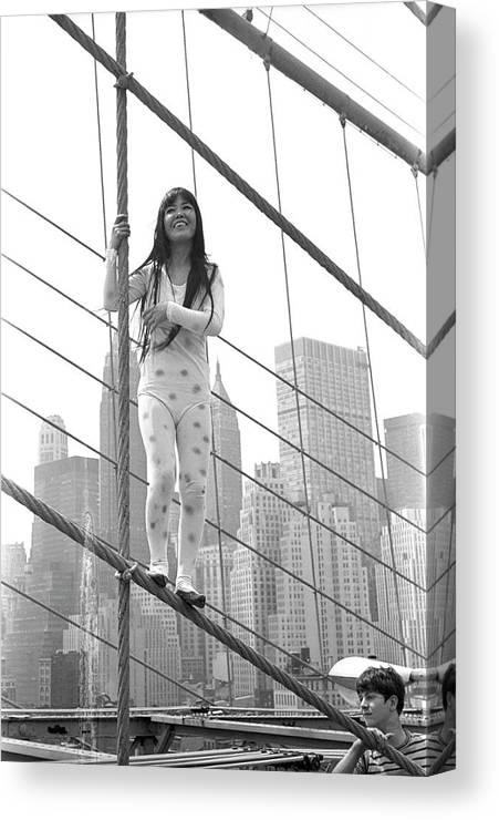 Artist Canvas Print featuring the photograph Kusama On The Brooklyn Bridge by Fred W. McDarrah