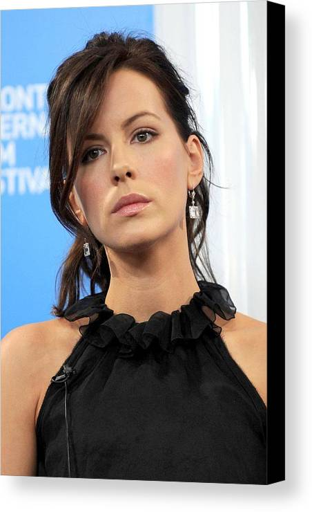 Nothing But The Truth Press Conference Canvas Print featuring the photograph Kate Beckinsale At The Press Conference by Everett