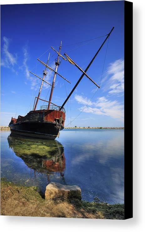 Outdoors Canvas Print featuring the photograph Shipwreck In Lake Ontario Ontario by Ken Gillespie