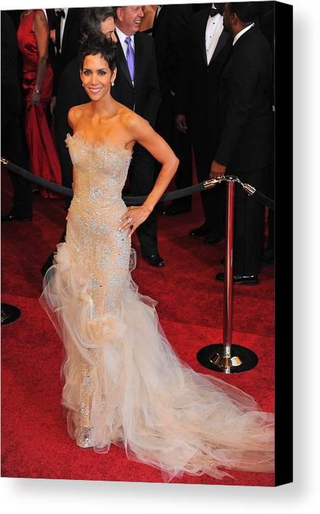 Halle Berry (wearing Marchesa Dress) Canvas Print featuring the photograph Halle Berry Wearing Marchesa Dress by Everett