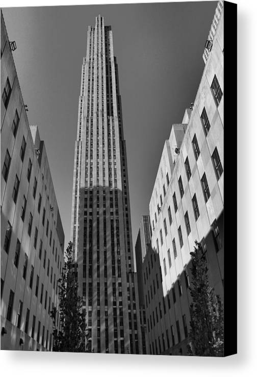 Rockefeller Plaza In Black And White Canvas Print featuring the photograph Ge Building In Black And White by Dan Sproul