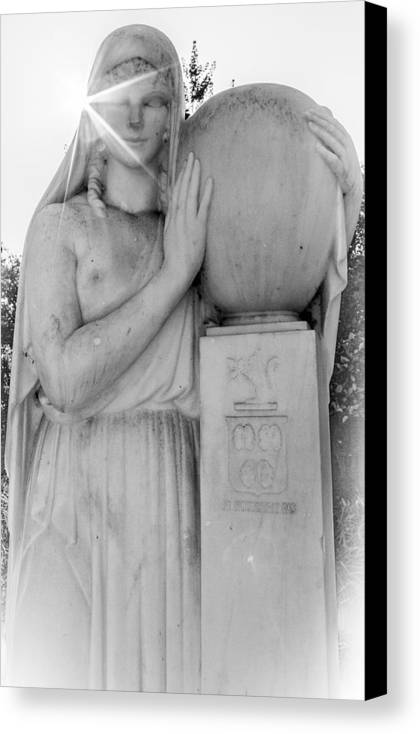 Statue Canvas Print featuring the photograph Je N'oublierai Pas by Chad Kanera
