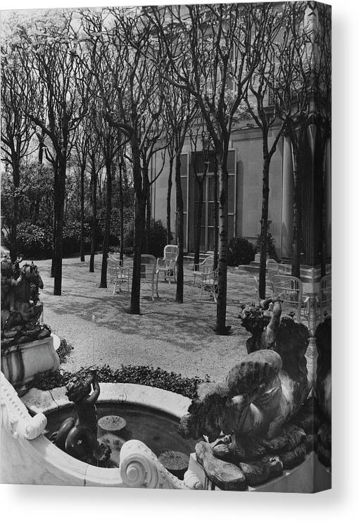 Exterior Canvas Print featuring the photograph The Garden Of A Home In Meridian Hill by Carola Rust