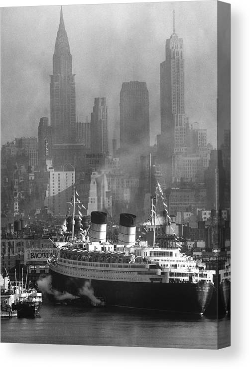 Timeincown Canvas Print featuring the photograph Ocean Liner Queen Elizabeth Sailing In by Andreas Feininger