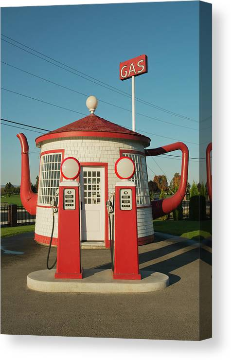 Outdoors Canvas Print featuring the photograph Historic Teapot Gas Station by Kevin Schafer