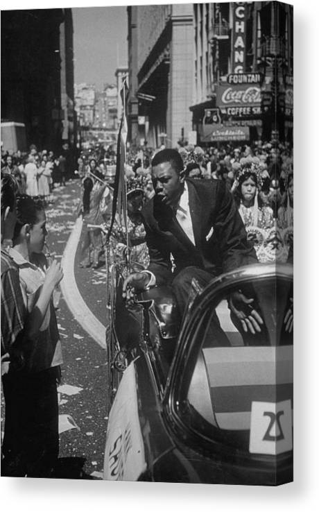 Timeincown Canvas Print featuring the photograph Willie Mays by Leonard Mccombe