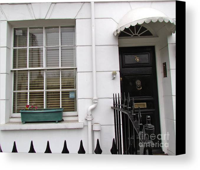 London Canvas Print featuring the photograph Lines And Curves by Beth Saffer