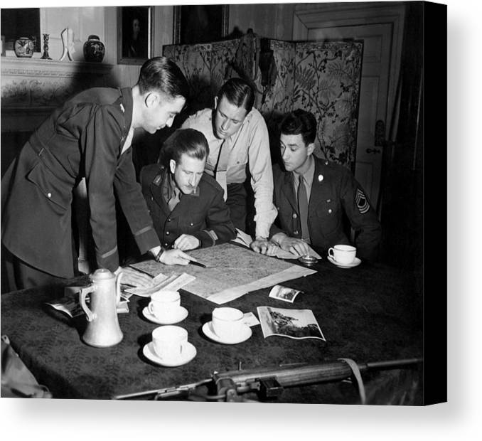 History Canvas Print featuring the photograph Jedburghs Get Instructions by Everett
