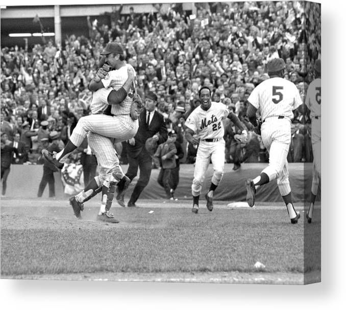 American League Baseball Canvas Print featuring the photograph N.y. Mets Defeat The Baltimore Orioles by New York Daily News Archive
