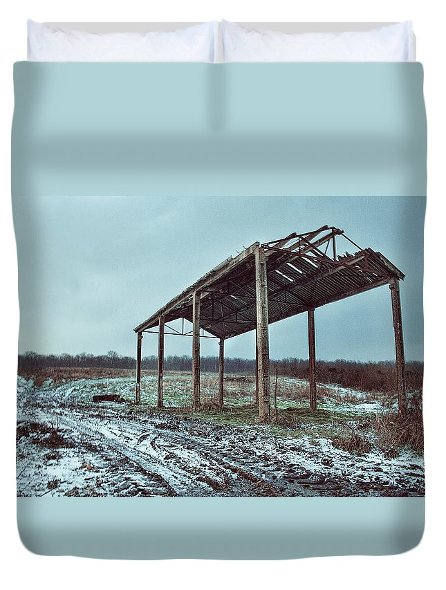 Barn In The Snow Duvet Cover featuring the photograph Old Barn In The Snow by Dave Godden