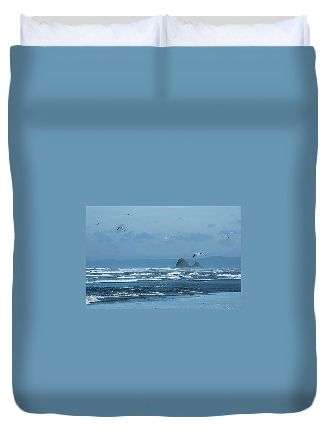 Copalis Beach Duvet Cover featuring the photograph Misty Copalis Rock And Gulls by Allan Van Gasbeck