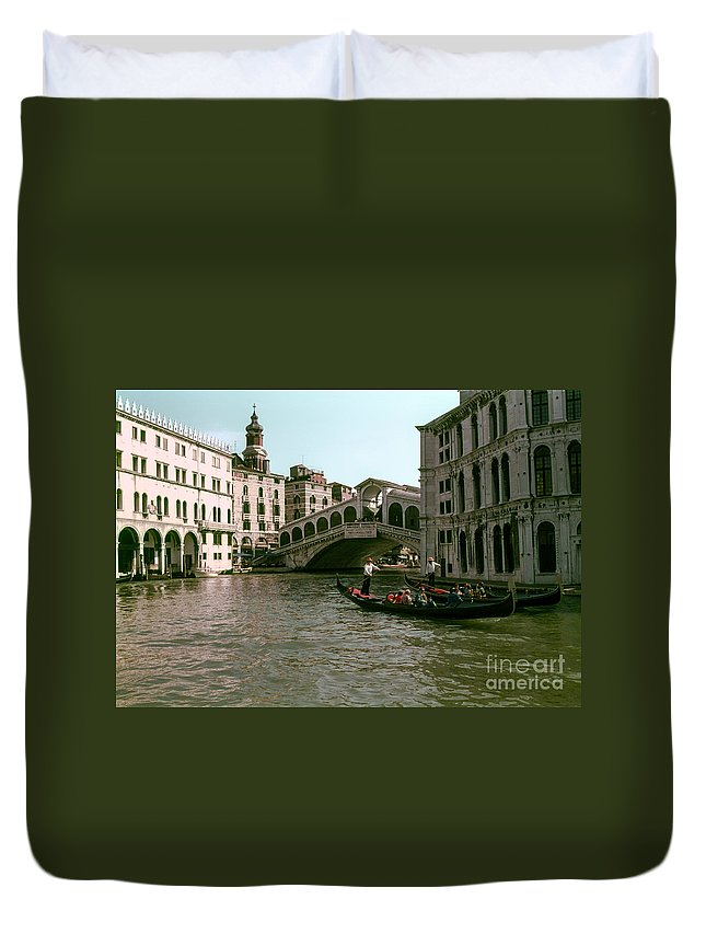 Rialto Bridge Venice Bridges Canal Canals Boat Boats Structure Structures Building Buildings Dock Docks Water City Cities Cityscape Cityscapes People Person Persons Italy Waterscape Waterscapes Duvet Cover featuring the photograph Rialto Bridge In The Grand Canal by Bob Phillips