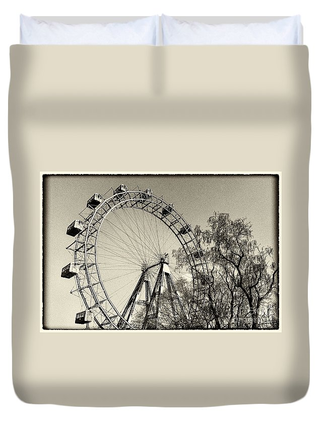 Old Ferris Wheel Duvet Cover featuring the photograph Old Ferris Wheel by Giovanni Chianese