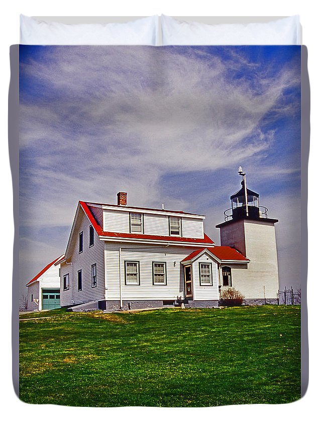 Lighthouses Duvet Cover featuring the photograph Fort Point Lighthouse by Skip Willits