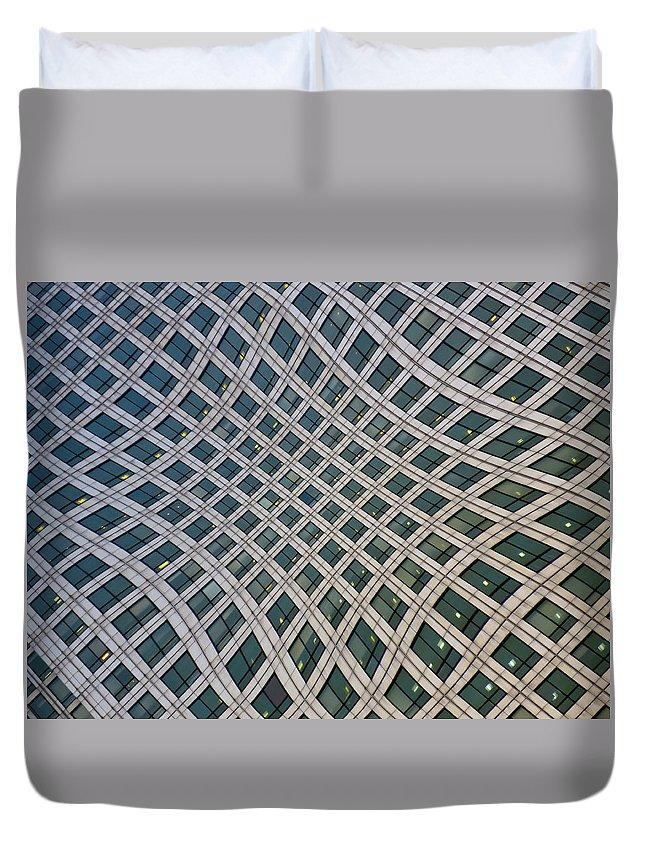 Canary Wharf Duvet Cover featuring the photograph Canary Wharf London by David Pyatt