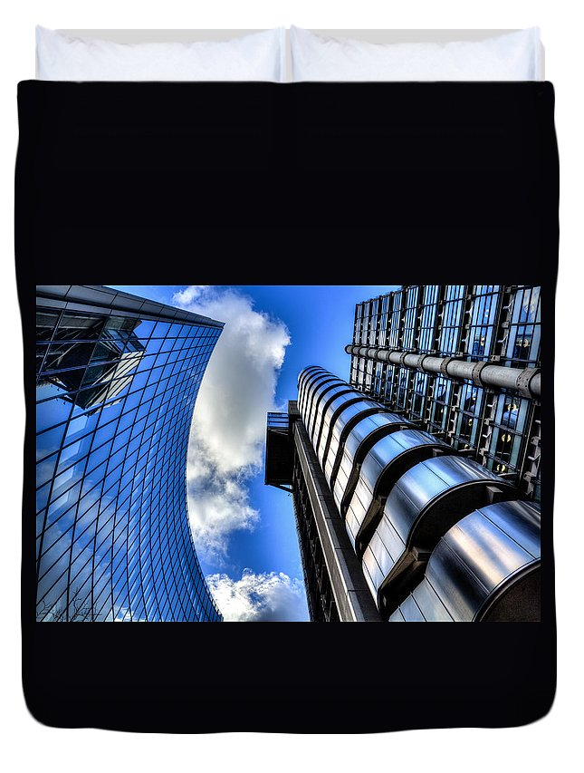 Lloyds Of London Duvet Cover featuring the photograph Willis Group And Lloyd's Of London by David Pyatt