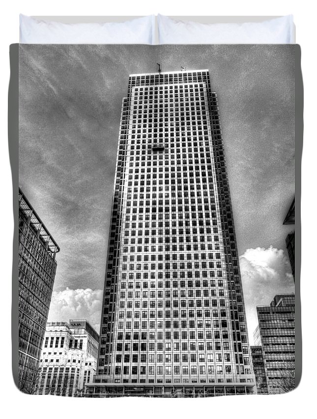 Canary Wharf Duvet Cover featuring the photograph Canary Wharf Tower by David Pyatt