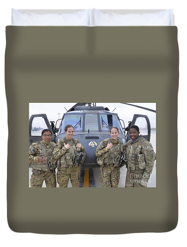 Horizontal Duvet Cover featuring the photograph A U.s. Army All Female Crew by Stocktrek Images