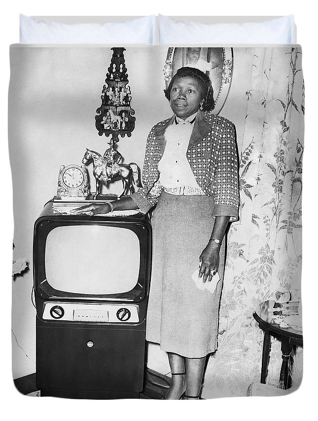 1 Person Duvet Cover featuring the photograph A Woman And Her Tv by Underwood Archives