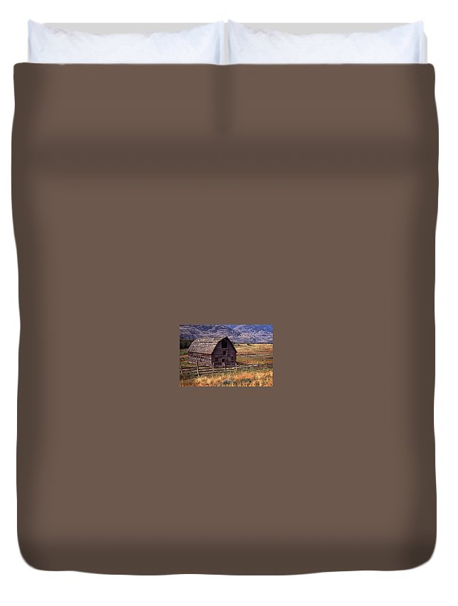 Old Barn Duvet Cover featuring the photograph Abandoned Barn by Richard Farrington