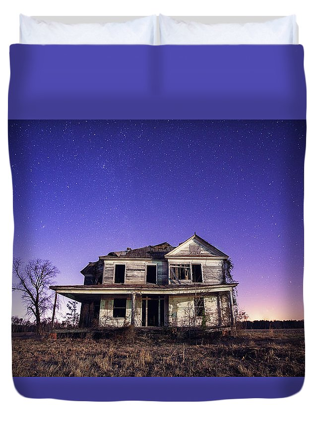 North Carolina Duvet Cover featuring the photograph Abandoned Rural Farmhouse by Malcolm Macgregor