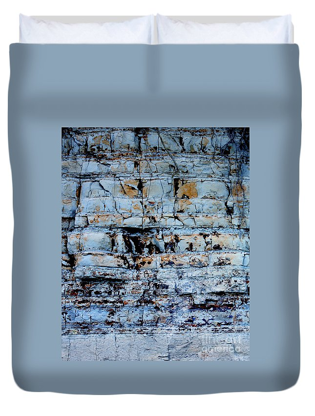 Abstract Duvet Cover featuring the painting Abstract 01b by Gee Lyon