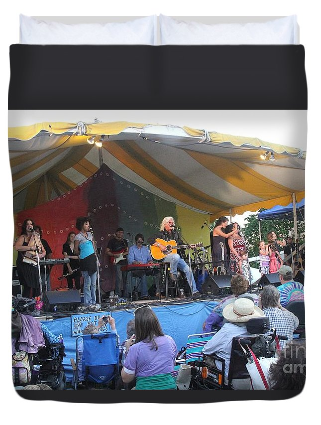 Arlo Guthrie & Family Duvet Cover featuring the photograph Arlo Guthrie And Family by Concert Photos