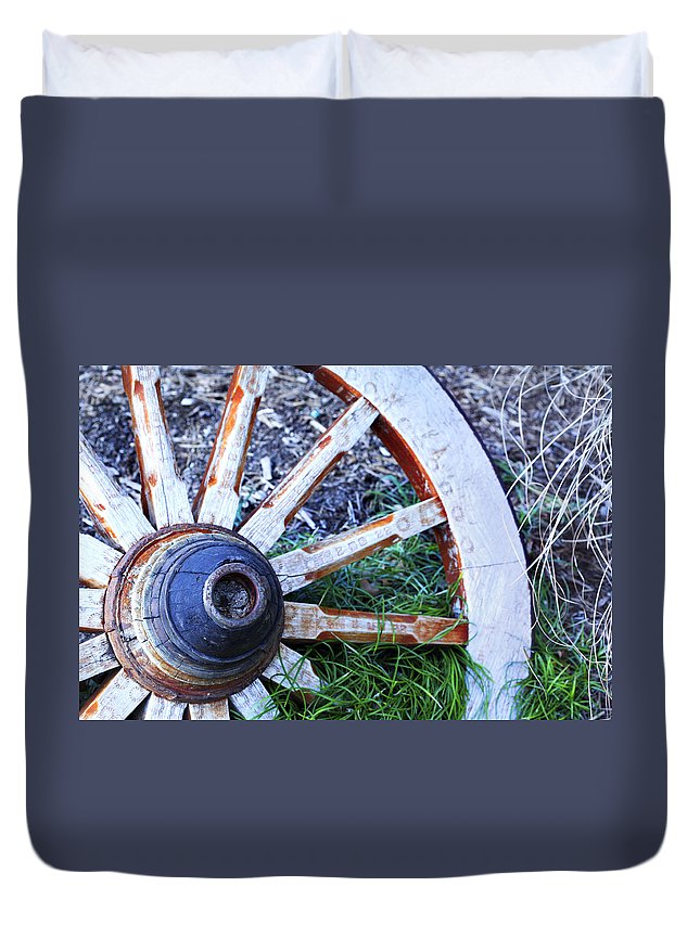 Americana Duvet Cover featuring the photograph Artful Wagon Wheel by Marilyn Hunt