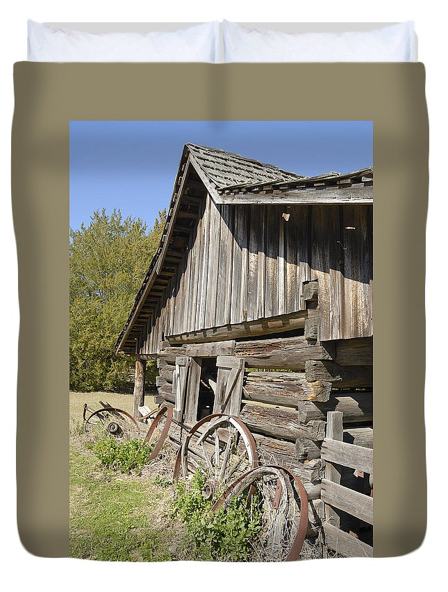 Barn Duvet Cover featuring the photograph Barn And Wagon Wheels by Charles Beeler