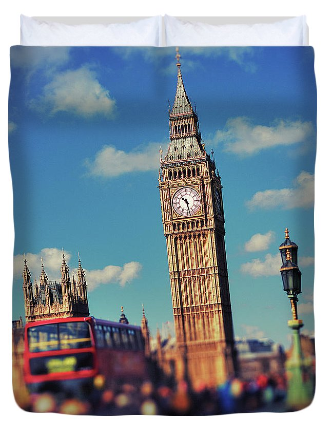 Clock Tower Duvet Cover featuring the photograph Big Ben And Commuter Traffic by Doug Armand