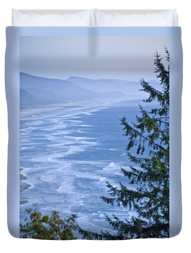 Oregon Seascape Duvet Cover featuring the photograph Breathtaking by L J Oakes