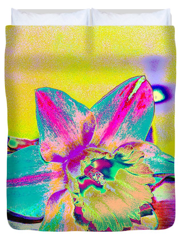 Daff Duvet Cover featuring the digital art Bright Daff by Carol Lynch