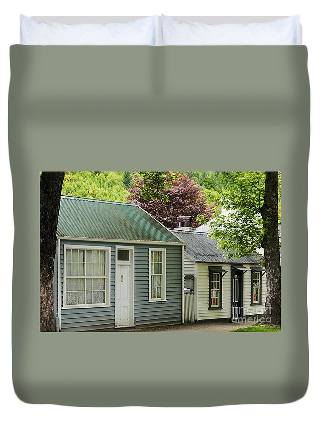 Arrow Town New Zealand Buckingham Street Cottages Cottage City Cities Cityscape Cityscapes House Houses Building Buildings Structure Structures Architecture Duvet Cover featuring the photograph Buckingham Street Cottages by Bob Phillips