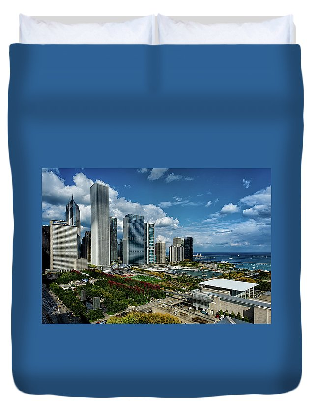 Tranquility Duvet Cover featuring the photograph Chicago Skyline by Milosh Kosanovich - Precision Digital Photography